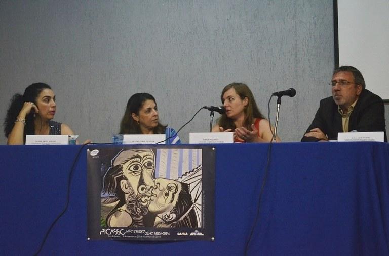 Emilia Phillipott (segunda da dir. para a esq.) falou sobre a exposição Picasso para estudantes e professores da UNIRIO (Foto: Comso)