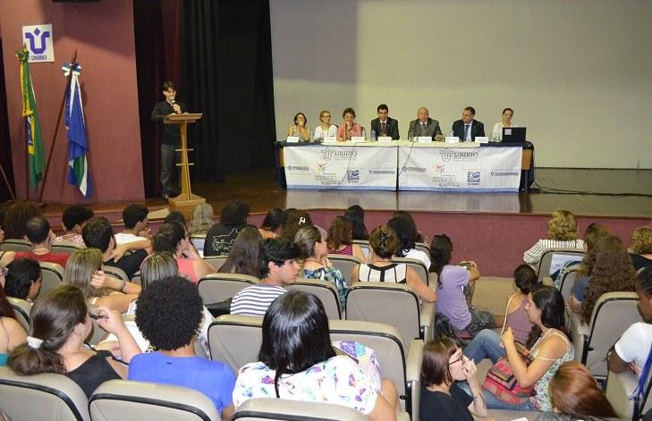 O reitor Luiz Pedro San Gil Jutuca preside a cerimônia de abertura do evento, que contou com o auditório Vera Janacopulos lotado. (Foto: Comso)