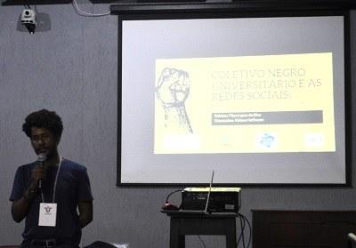 Aluno Filipe da Silva do curso de Pedagogia - Tema Coletivo negro universitário e as redes sociais: as imagens produzidas e o midiativismo (imagem divulgação Comso)