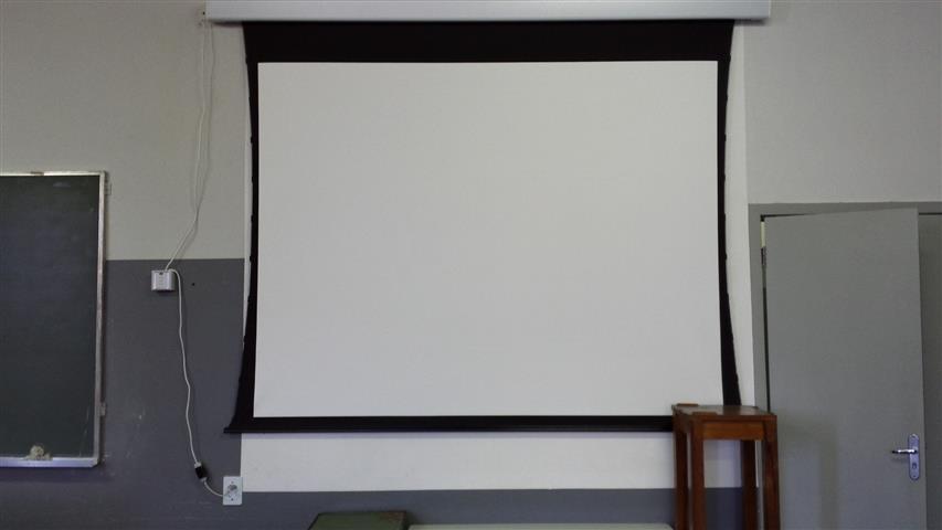 Sala D-403 também já conta com tela elétrica de projeções