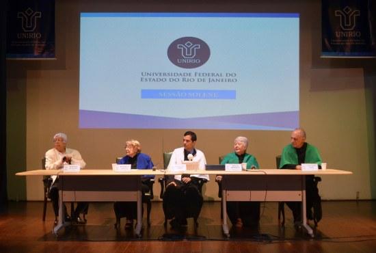 Reitor Ricardo Cardoso (ao centro) em mesa composta pelos homenageados com o título de Doutor Honoris Causa(Foto: Comso)