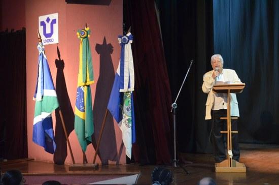 Hermínio de carvalho, um dos homenageados, discursa durante cerimônia (Foto: Comso)