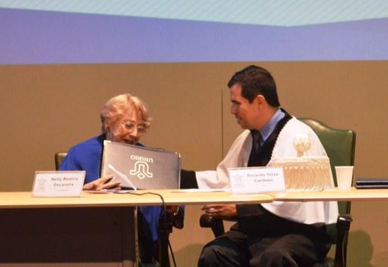 Nelly Decarolis recebe o título das mãos do reitor Ricardo Cardoso (Foto: Comso)