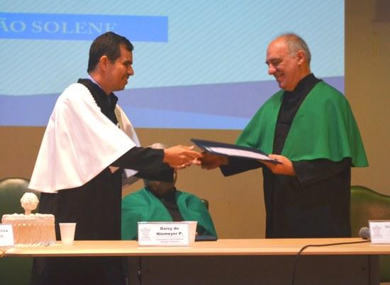 Vidal Haddad Junior recebe o título de Doutor Honoris Causa (Foto: Comso)