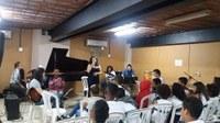 Integrantes do projeto de extensão Swing Lab recepcionam alunos da Escola Benjamin Constant